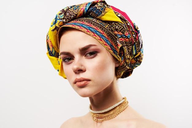 Mooie vrouw in veelkleurige tulband decoratie close-up.