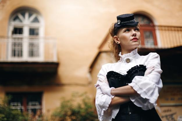 Mooie vrouw in vintage kleding