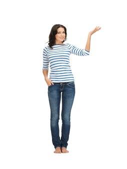 Mooie vrouw in vrijetijdskleding die richting toont