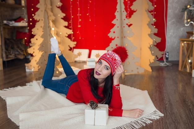 Mooie vrouw in warme kleding op kerstmis