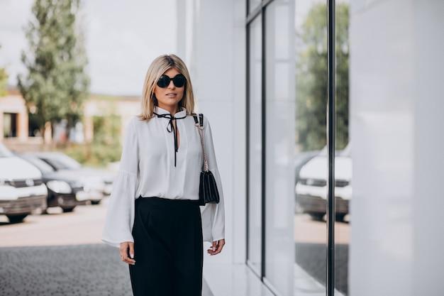 Mooie vrouw in wit overhemd buiten de straat