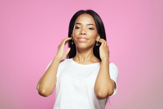 Mooie vrouw in wit t-shirt zwarte cosmetica voor lang haar care