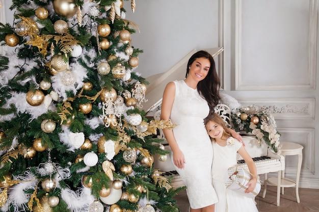 Mooie vrouw in witte jurk poseren