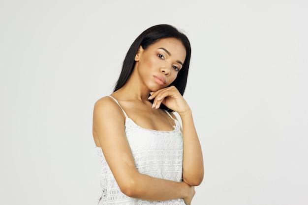 Mooie vrouw in witte tshirt afrikaanse uitstraling cosmetica mode