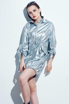 Mooie vrouw in zilveren jas charme nachtclub luxe