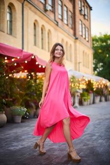 Mooie vrouw in zomerjurk op straat