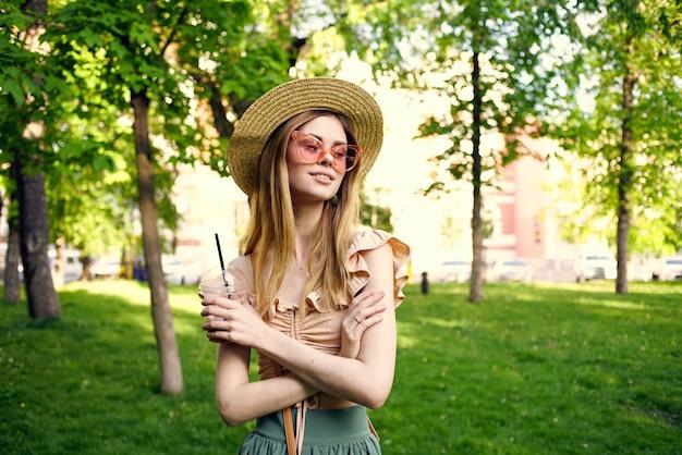 Mooie vrouw in zonnebril buiten in de zomer in de parkrust