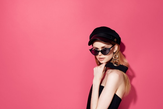 Mooie vrouw in zwarte glazen charme studio decoratie accessoires model geïsoleerde achtergrond.