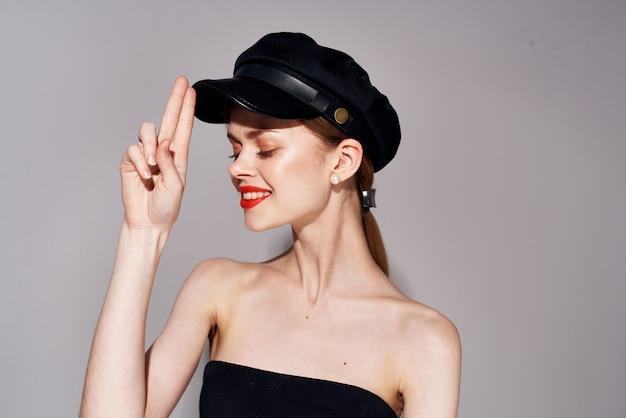 Mooie vrouw in zwarte hoed zonnebril avondjurk close-up