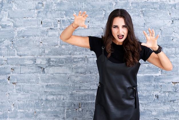 Mooie vrouw in zwarte jurk voor halloween