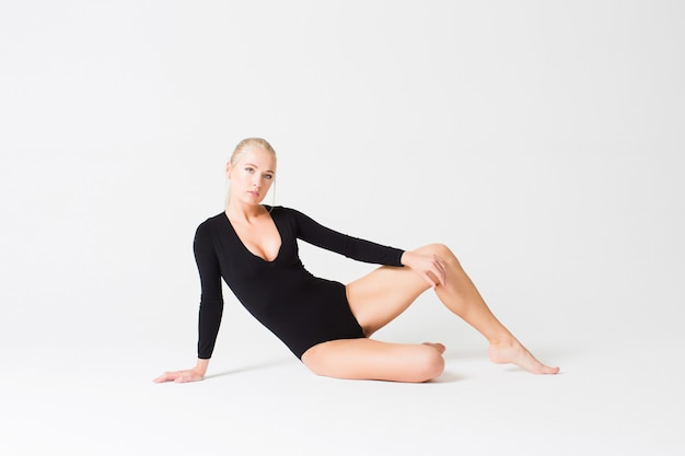 Mooie vrouw in zwarte strakke geïsoleerde kleding.
