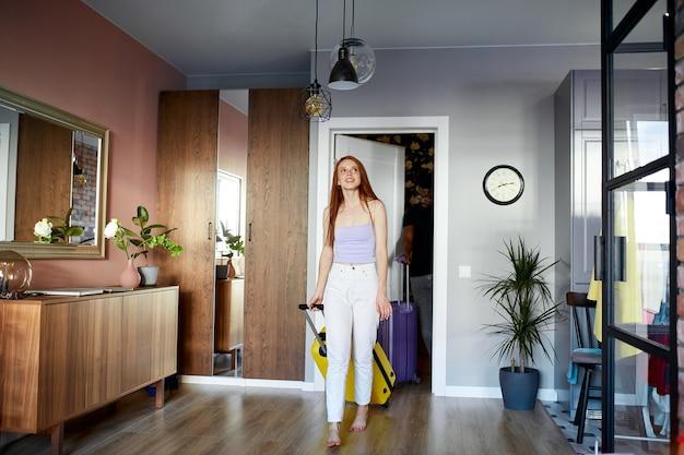 Mooie vrouw is verrast, blij om te verhuizen naar een nieuw appartement