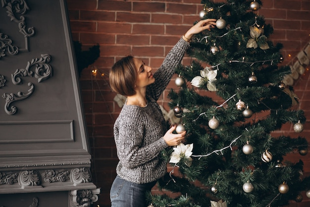 Mooie vrouw kerstboom versieren