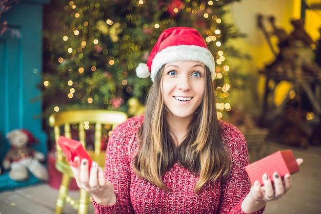 Mooie vrouw kerstcadeaus openen
