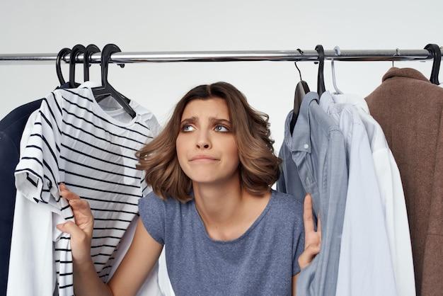 Mooie vrouw kleerhanger winkelen leuke levensstijl