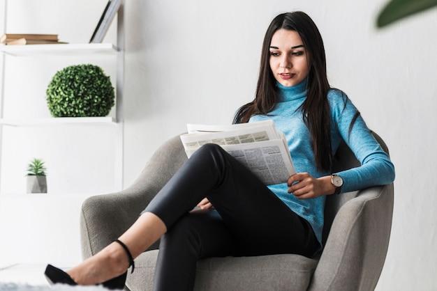 Mooie vrouw krant lezen