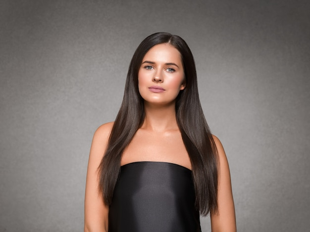Mooie vrouw kunst concept lang donkerbruin haar natuurlijke make-up mode foto. studio opname.