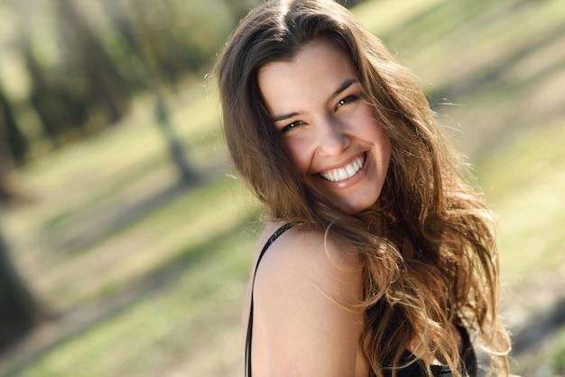 Mooie vrouw lachend in een stedelijk park