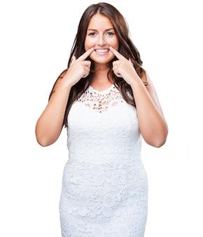 Mooie vrouw lachend op een witte achtergrond