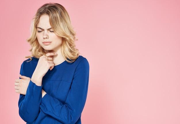Mooie vrouw levensstijl studio emotie bijgesneden weergave roze achtergrond