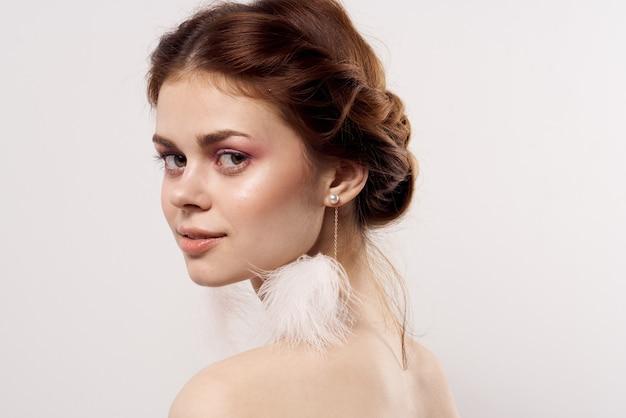 Mooie vrouw lichte make-up schone huid naakte schouders glimlach glamour. hoge kwaliteit foto