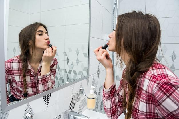Mooie vrouw lippenstift toe te passen
