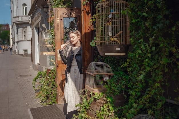 Mooie vrouw loopt door de straten van moskou. het meisje komt uit een ongewoon café