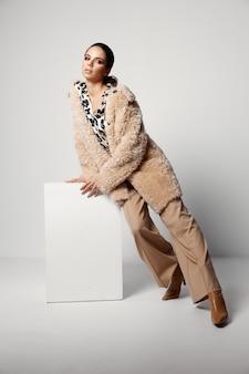 Mooie vrouw luipaard print shirts herfst fashion model.