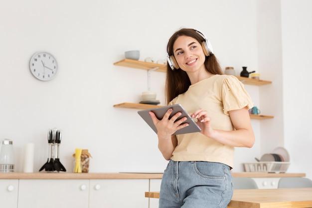 Mooie vrouw luisteren muziek thuis