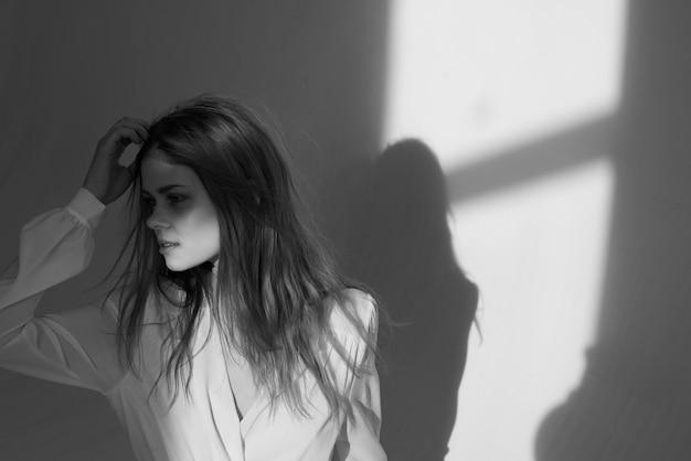 Mooie vrouw luxe witte jurk glamour kapsel model studio. hoge kwaliteit foto
