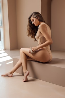 Mooie vrouw maakt massage met een droge borstel
