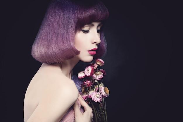 Mooie vrouw mannequin. bob kapsel. paarse kleur kapsel. verzinnen