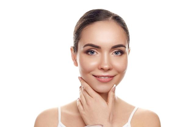 Mooie vrouw met aardmake-up. schoonheid portret van vrouwelijk gezicht met natuurlijke huid. huidsverzorging. cosmetologie, schoonheid en spa.