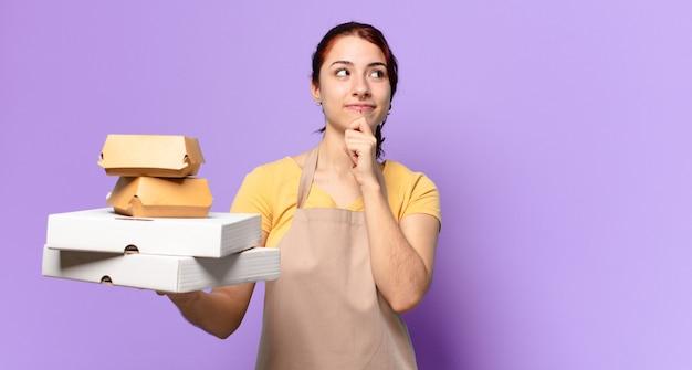 Mooie vrouw met afhaalmaaltijden voor fastfood