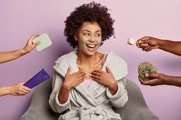 Mooie vrouw met afro-haar glimlacht gelukkig