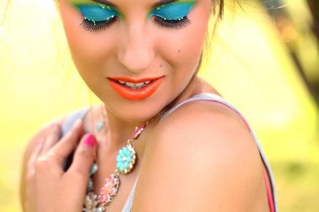 Mooie vrouw met artistieke make-up