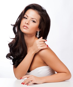 Mooie vrouw met avond make-up. sieraden en schoonheid. mode foto