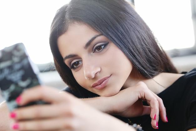 Mooie vrouw met behulp van smartphone