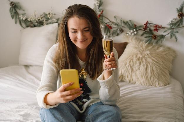 Mooie vrouw met behulp van telefoon voor videogesprekken met vrienden en ouders