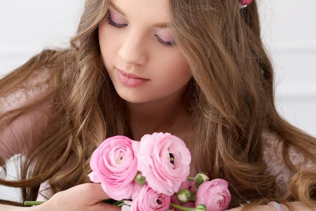 Mooie vrouw met bloemen