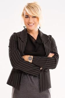 Mooie vrouw met blond haar en zwart pak