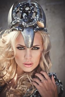 Mooie vrouw met blonde haren in militaire mode-kleding