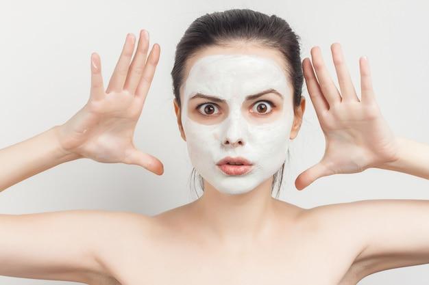 Mooie vrouw met blote schouders schone huidverzorging