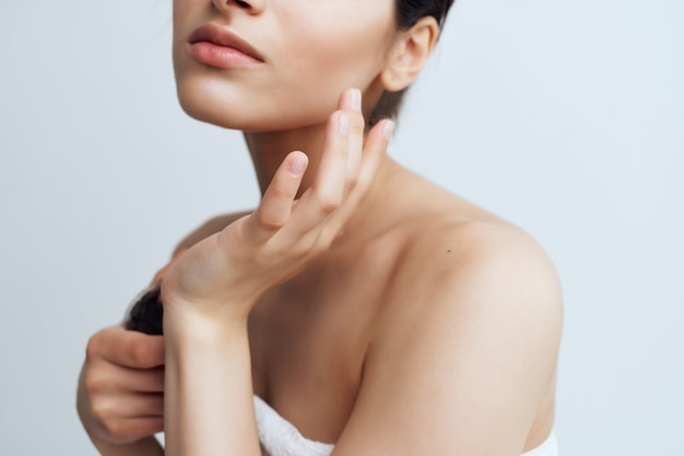 Mooie vrouw met blote schouders zwarte klei huidverzorging
