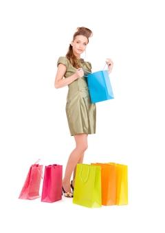 Mooie vrouw met boodschappentassen over white