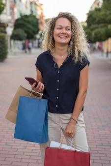 Mooie vrouw met boodschappentassen