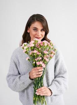 Mooie vrouw met bos bloemen