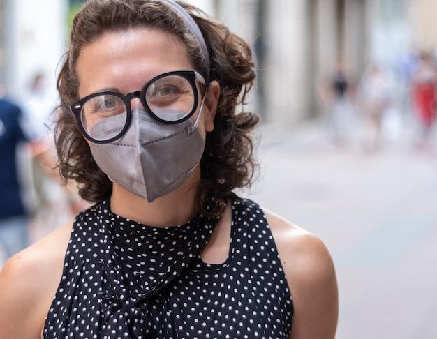 Mooie vrouw met bril en gezichtsmasker