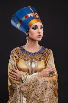 Mooie vrouw met bruine ogen en avondmake-up als koningin nefertiti