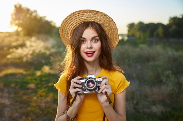 Mooie vrouw met camera in handen natuur frisse lucht levensstijl mooie mensen